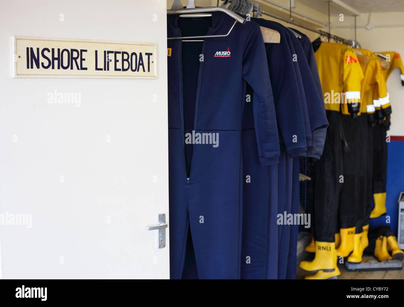 RNLI indumenti appesi in casa scialuppa di salvataggio. Immagini Stock