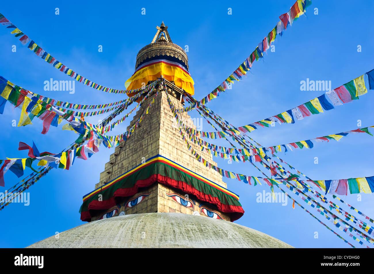 Santuario buddista Stupa Boudhanath a pregare flags over blue sky. Il Nepal, Kathmandu Immagini Stock