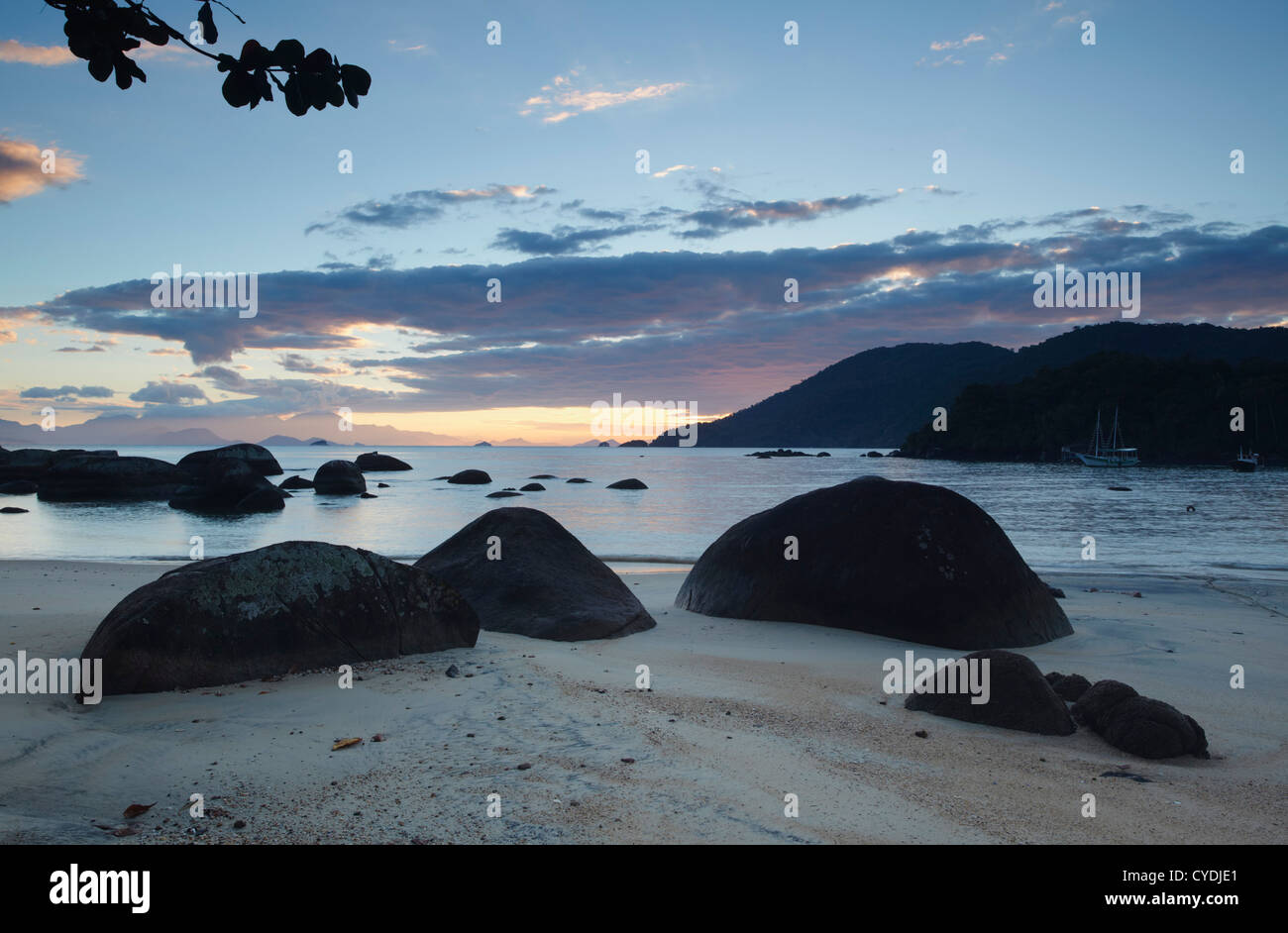 Vila do Abraao all'alba, di Ilha Grande, Stato di Rio de Janeiro, Brasile Immagini Stock