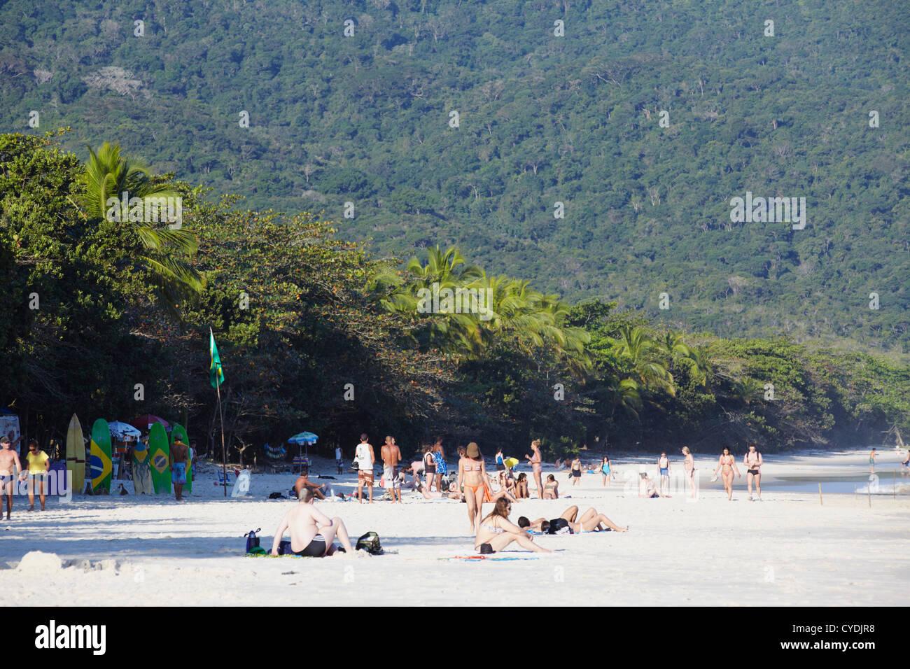 Persone su Lopes Mendes beach, Ilha Grande, Stato di Rio de Janeiro, Brasile Immagini Stock