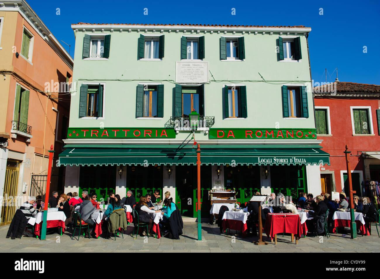 Persone mangiare presso la terrazza di un tradizionale ristorante ...