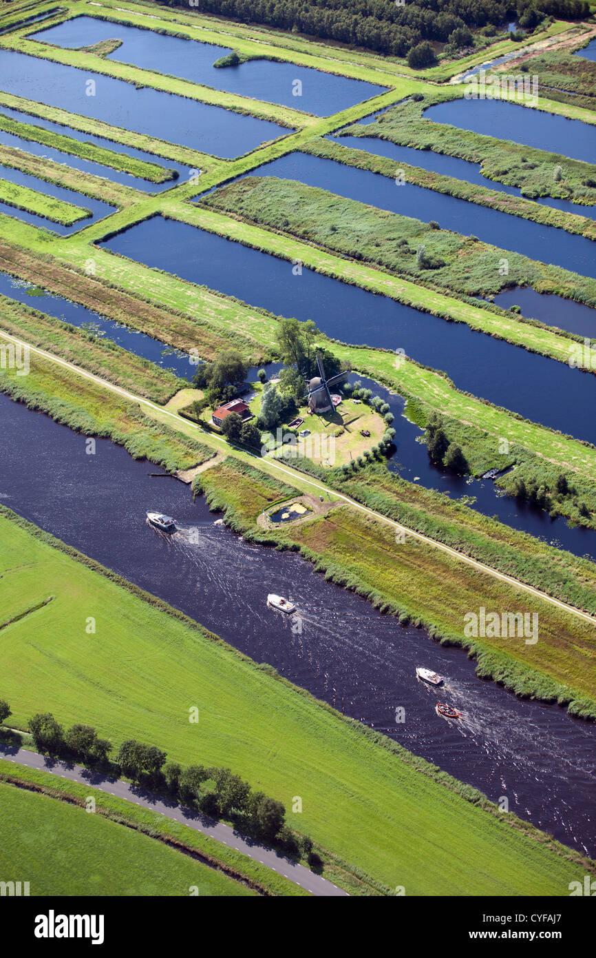 Villaggio con molti canali e laghi a causa lo scavo di torba. La maggior parte dei trasporti è da corsi d'acqua. Immagini Stock