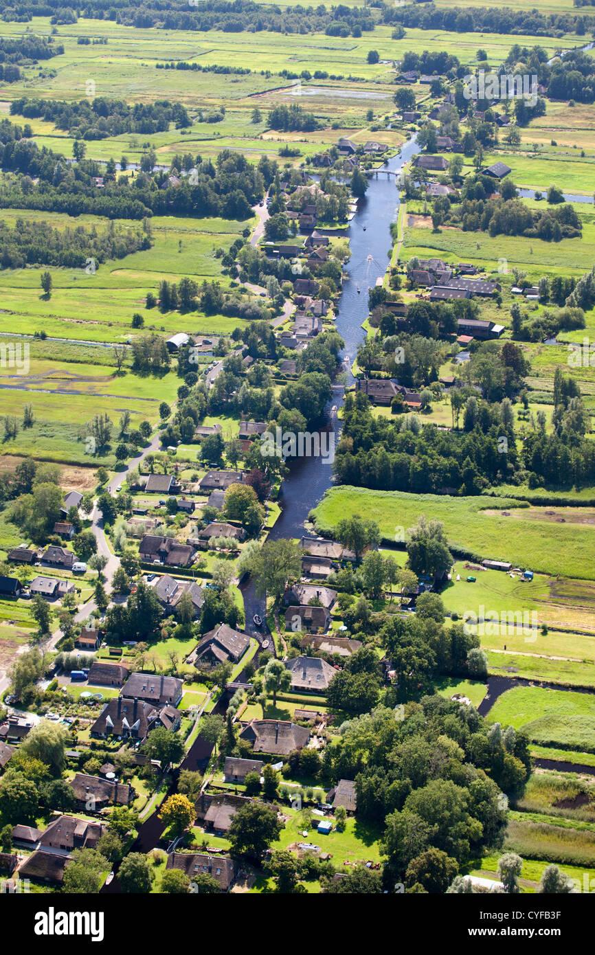 I Paesi Bassi, Giethoorn, villaggio con molti canali e laghi a causa lo scavo di torba. La maggior parte dei trasporti Immagini Stock