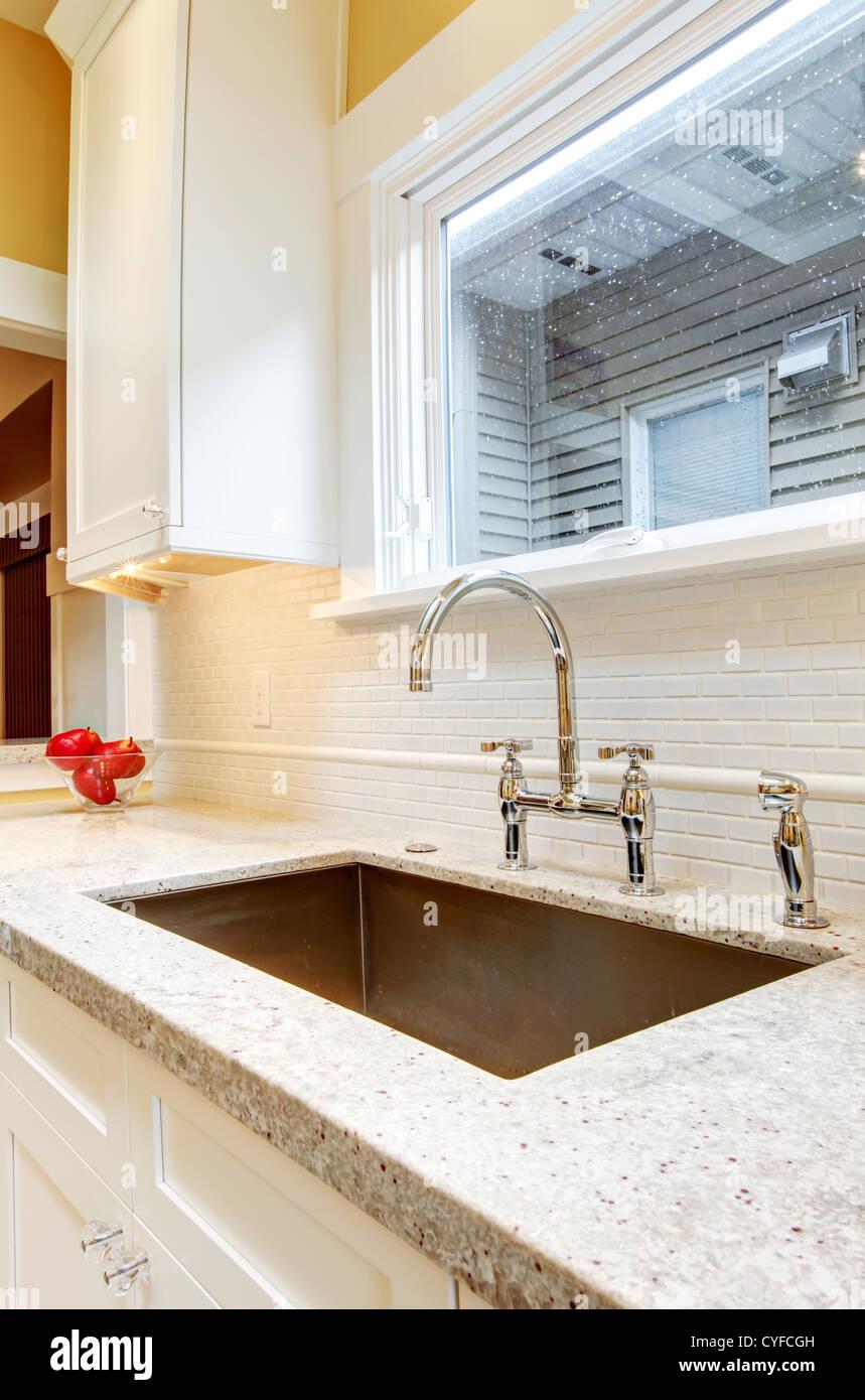 Grande granito lavello da cucina con finestra al di sopra di esso ...
