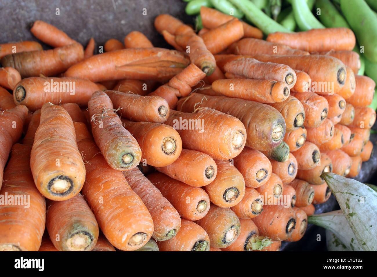 Le carote di essere visualizzati in un negozio di vegetali in India Immagini Stock