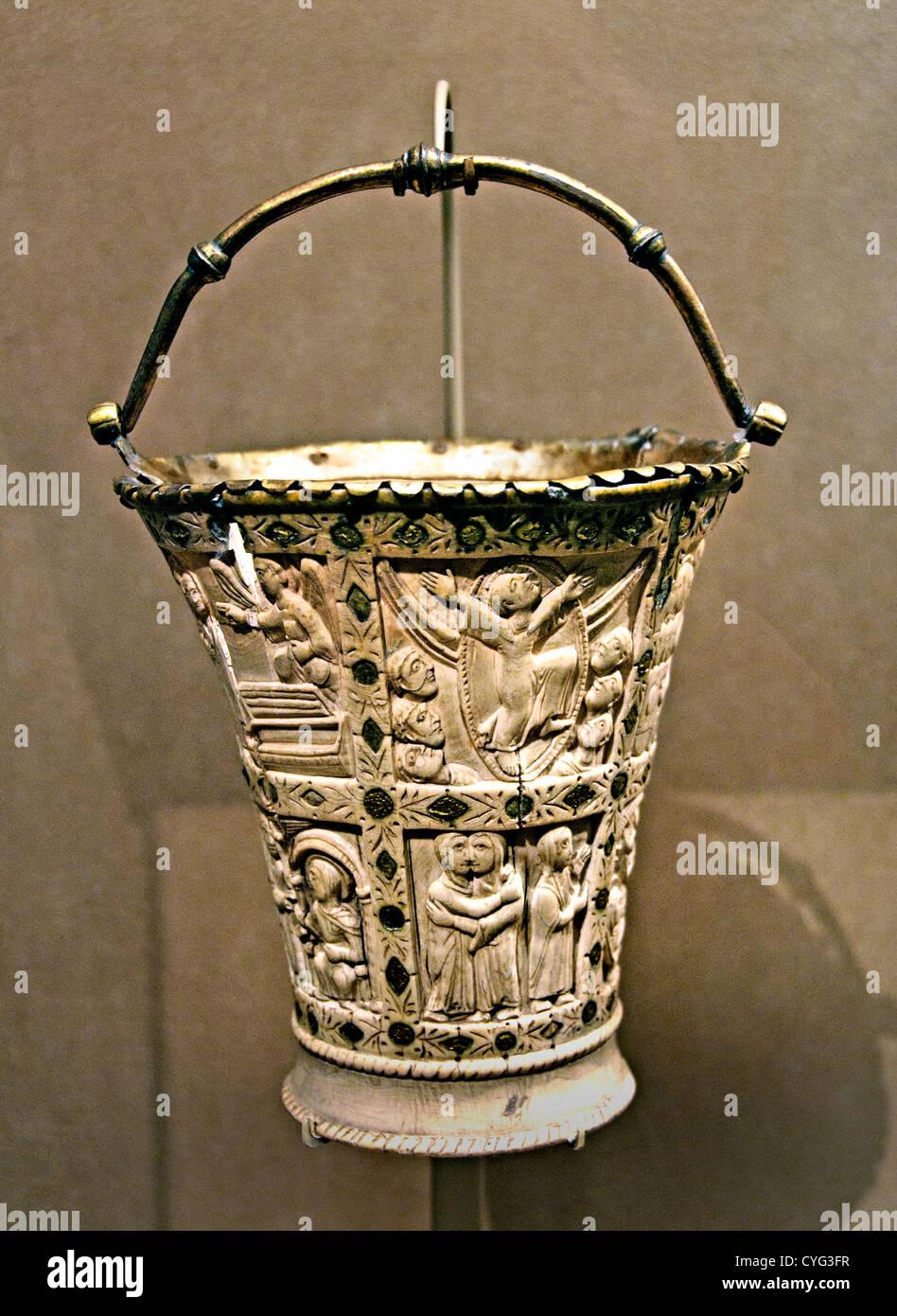 Situla benna per l'acqua santa 860-880 nel nord della Francia carolingia avorio con rame dorato supporti in Immagini Stock