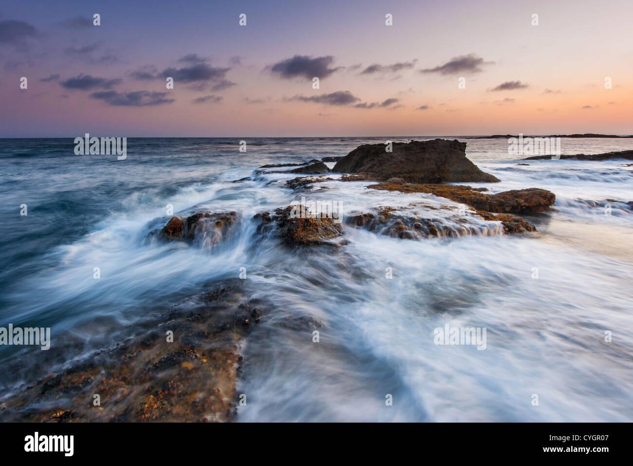 Il movimento ondoso su rock Beach in California Immagini Stock