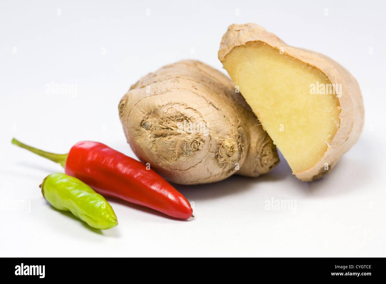 Una selezione di fresche delizie condimenti contro uno sfondo bianco. Foto Stock