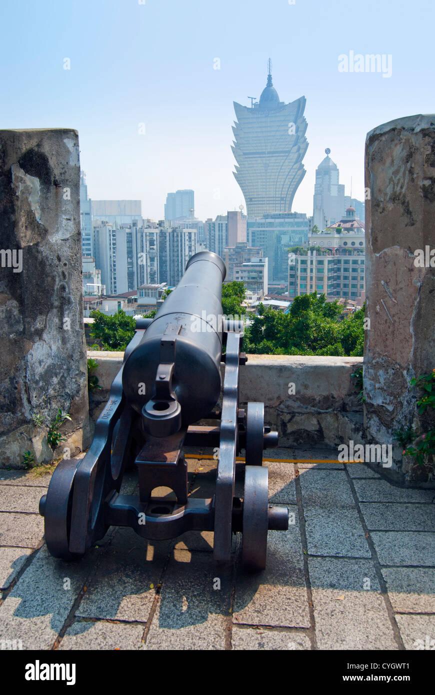Il cannone a Monte Fort affacciato a Macao e a Casino Lisboa Immagini Stock