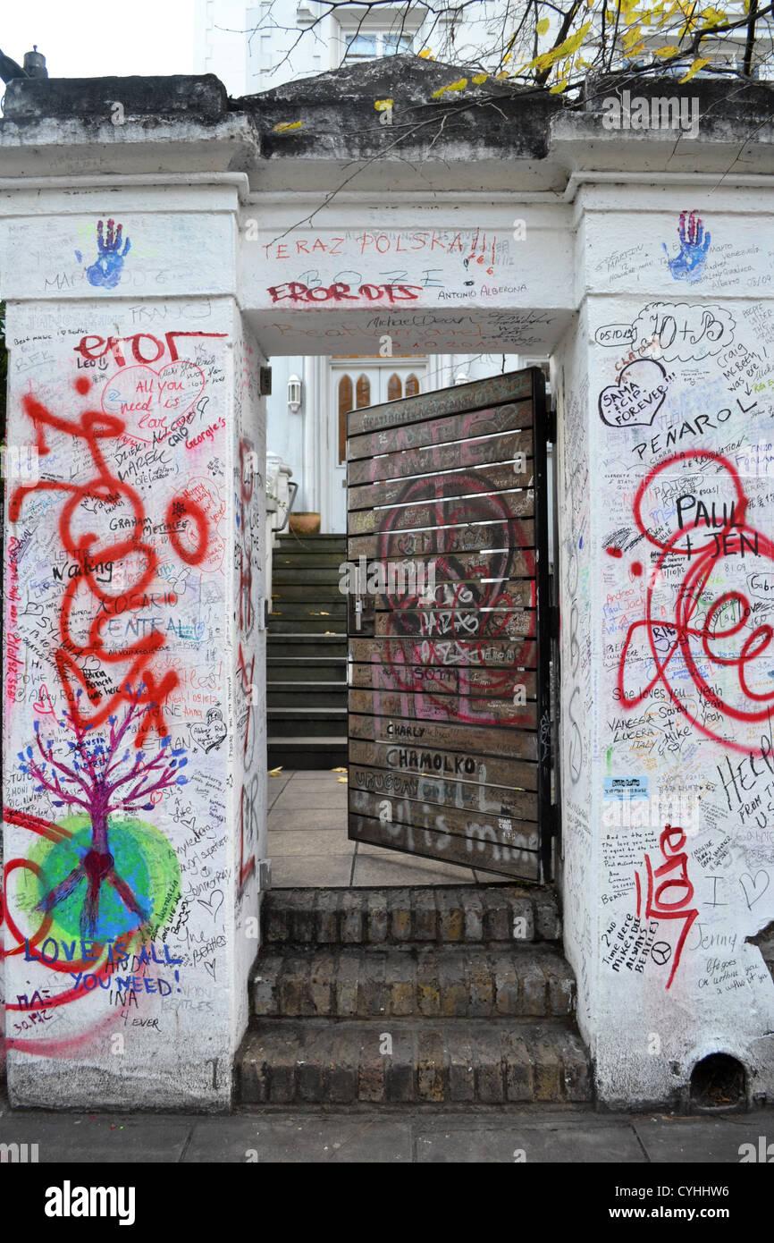 I messaggi sul muro esterno Abbey Road Studio di Londra. Reso famoso dai Beatles Abbey Road album. Foto Stock