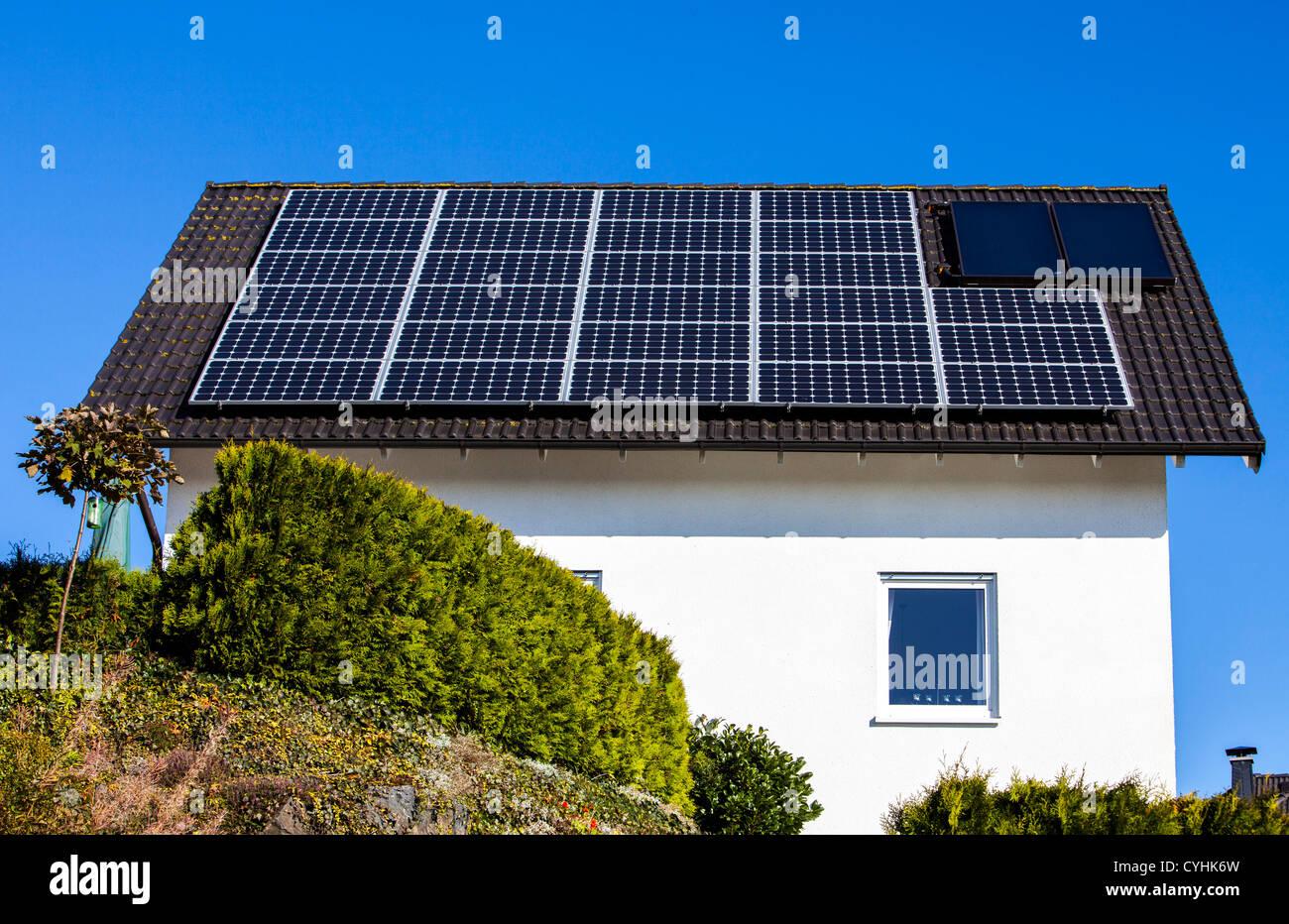 Pannelli solari sul tetto di case private energia solare for Pannelli solari immagini