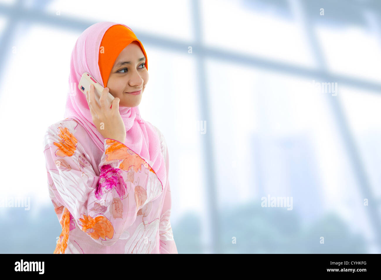 Musulmani donna di affari al telefono, guardando a lato. Immagini Stock