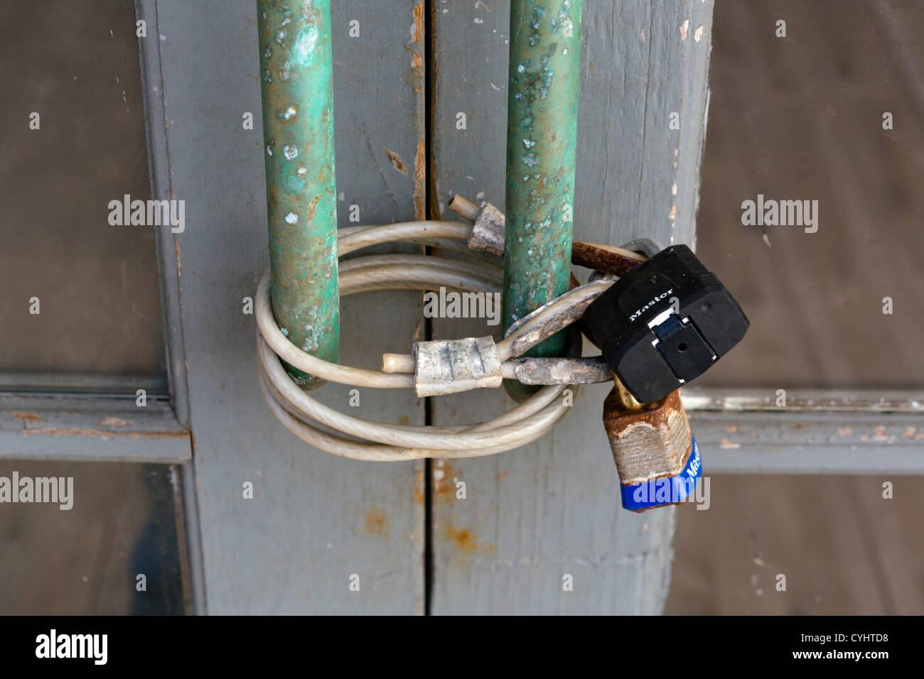 Sportello bloccato su una proprietà in disuso in Port Townsend, Penisola Olimpica, Washington, Stati Uniti Immagini Stock