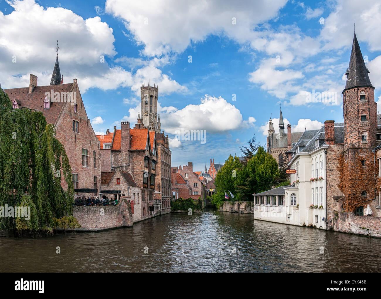 La maggior parte dei punti di vista comuni del borgo medievale di Bruges e contro blu cielo nuvoloso. Immagini Stock