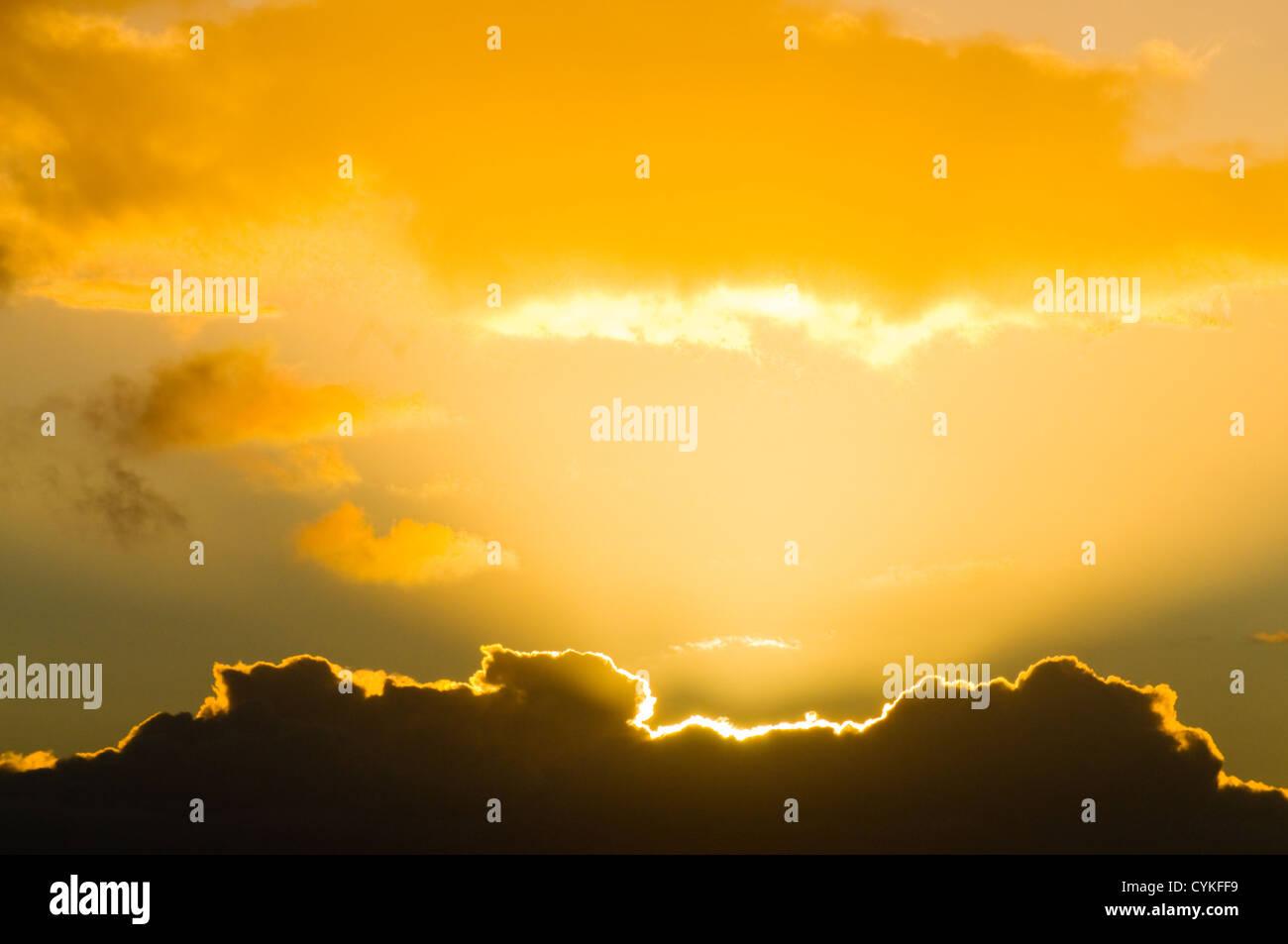 Bella Luce Raggiante da dietro il cloud creando un rivestimento in argento Immagini Stock