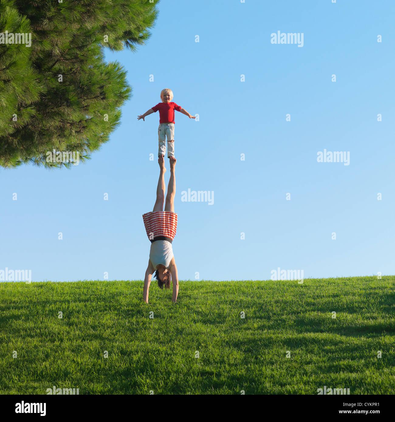 La madre e il figlio a giocare in un campo Immagini Stock