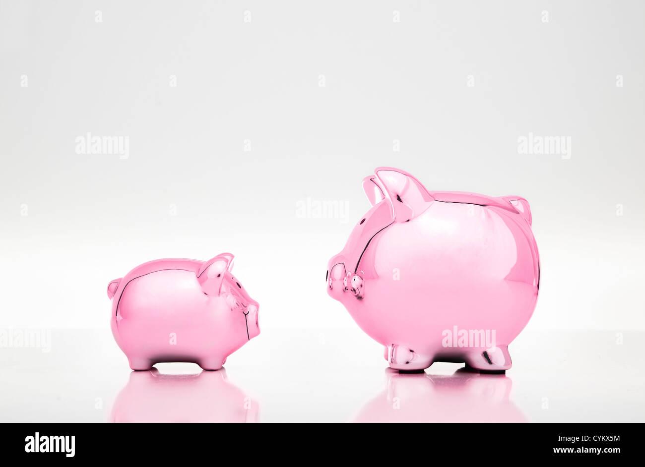 Grandi e piccole banche piggy Foto Stock