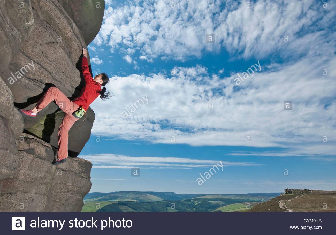 Scalatore di scalatura rock formazione Immagini Stock