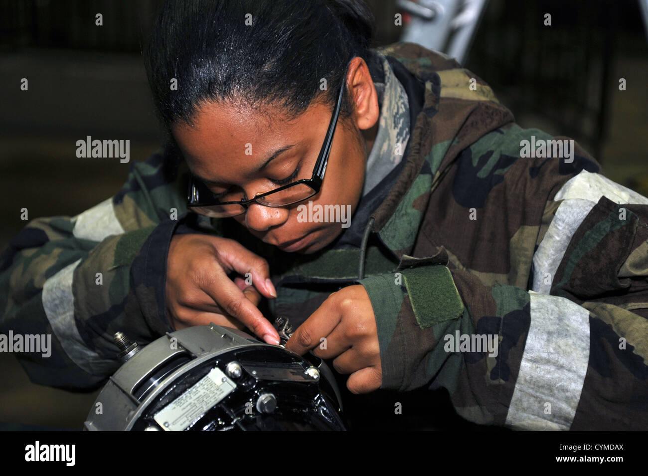 Il personale Sgt. Yvette Williams, XXV Manutenzione aeromobili unità di propulsione aerospaziale tecnico, prepara Immagini Stock