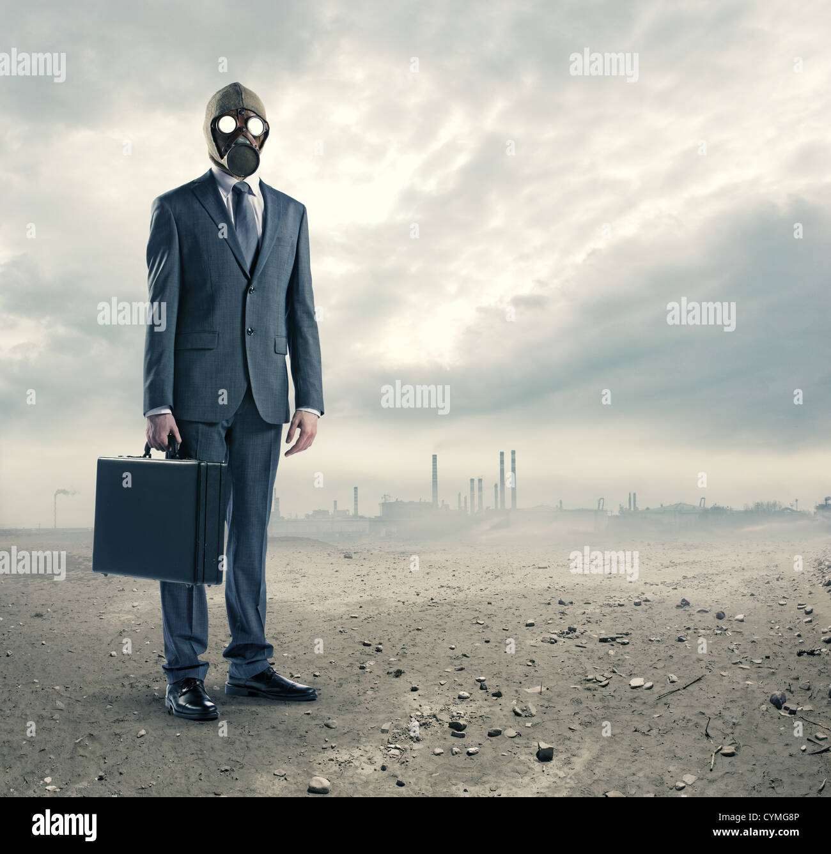 Concetto di inquinamento: ritratto di imprenditore in una maschera a gas con la valigia Foto Stock