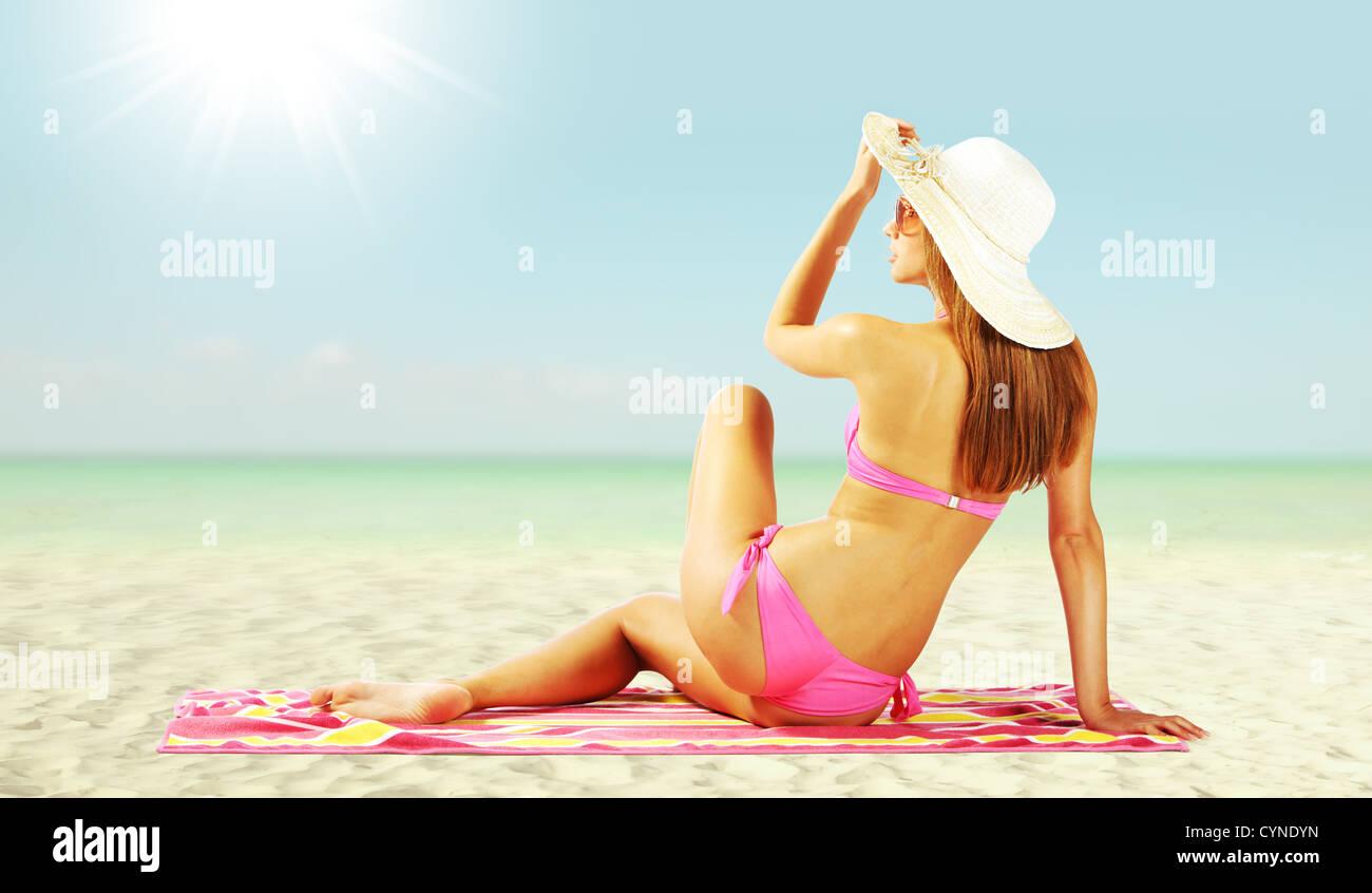 Donna affascinante sulla spiaggia Immagini Stock