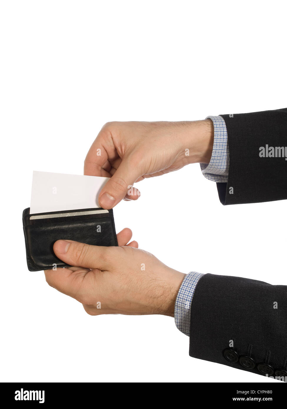 0f659cac60c852 Due mani tirare fuori una carta bianca da un nero portafoglio in pelle.  Immagini Stock
