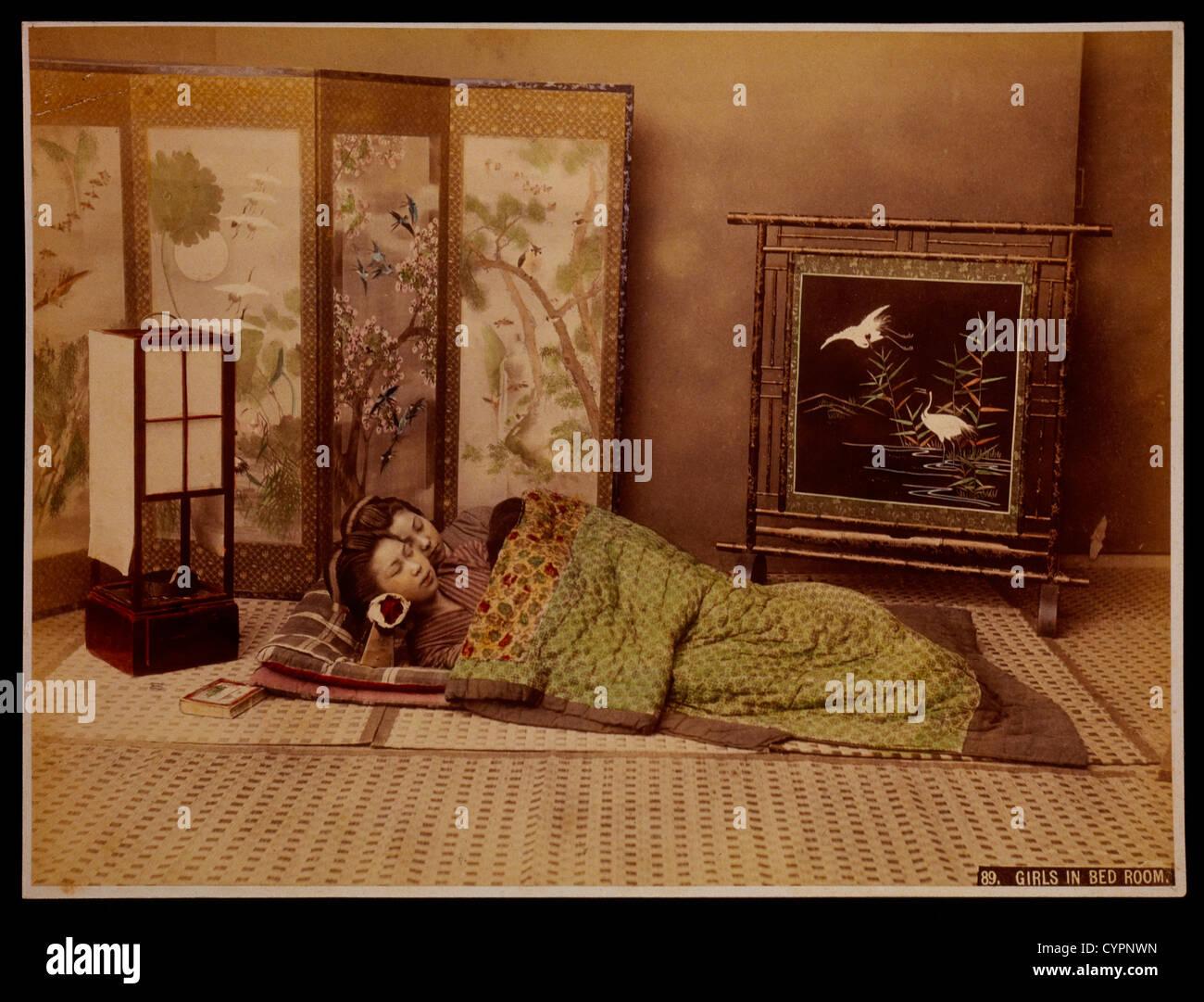 Due ragazze giapponesi dormono in camera da letto, circa 1880 Immagini Stock