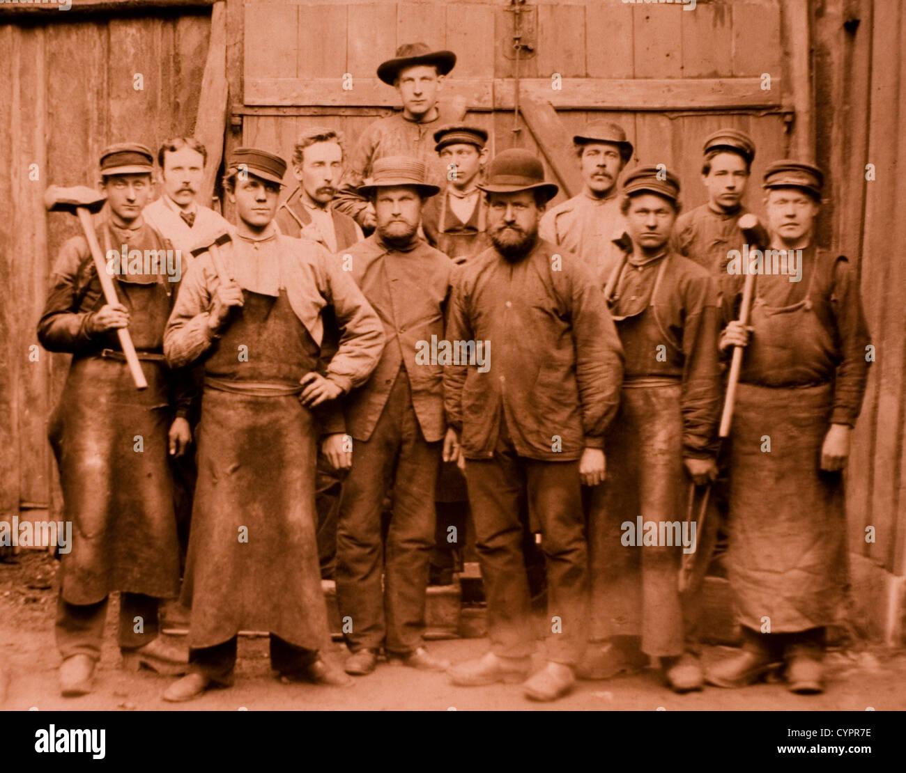 Gruppo di lavoratori, quattro holding Sledgehammers, albume fotografia, circa 1880 Immagini Stock