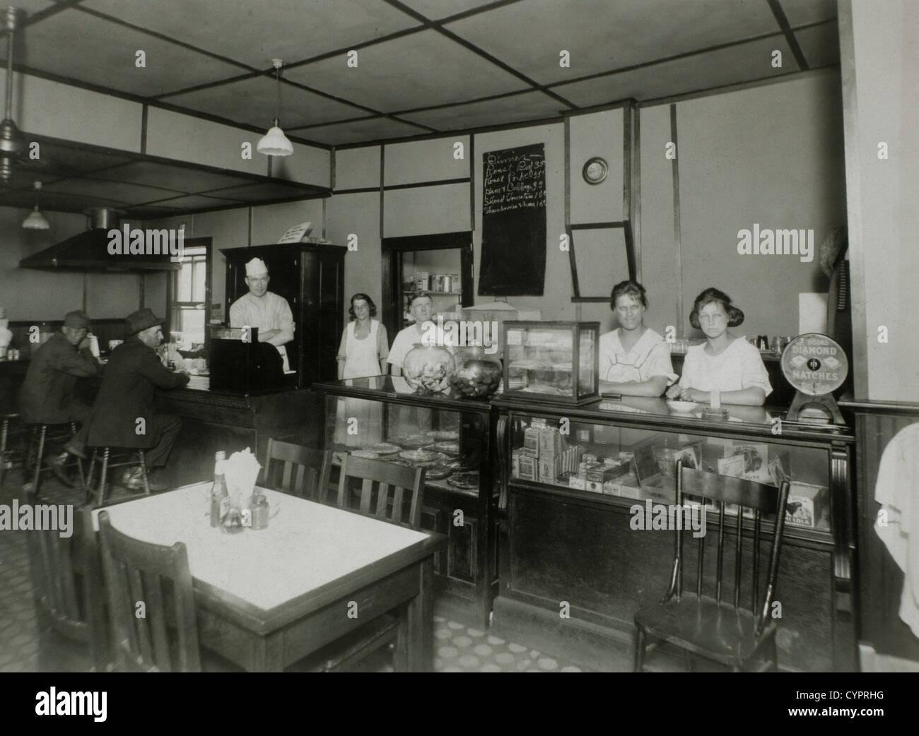 I lavoratori e i clienti nel ristorante, 1910 Immagini Stock