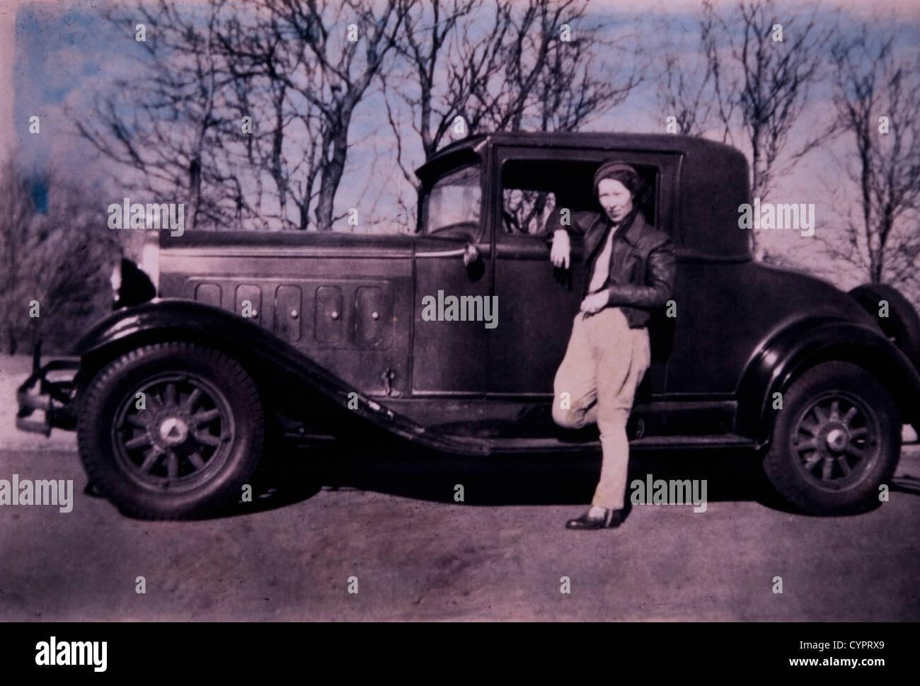Donna appoggiata sulla porta auto, USA, circa 1930 Immagini Stock
