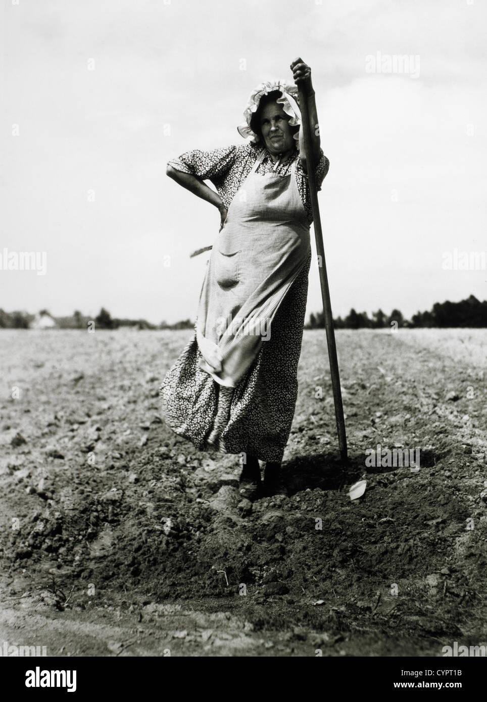 Donna di piantare il tabacco, Durham, North Carolina, USA, circa 1940 Immagini Stock