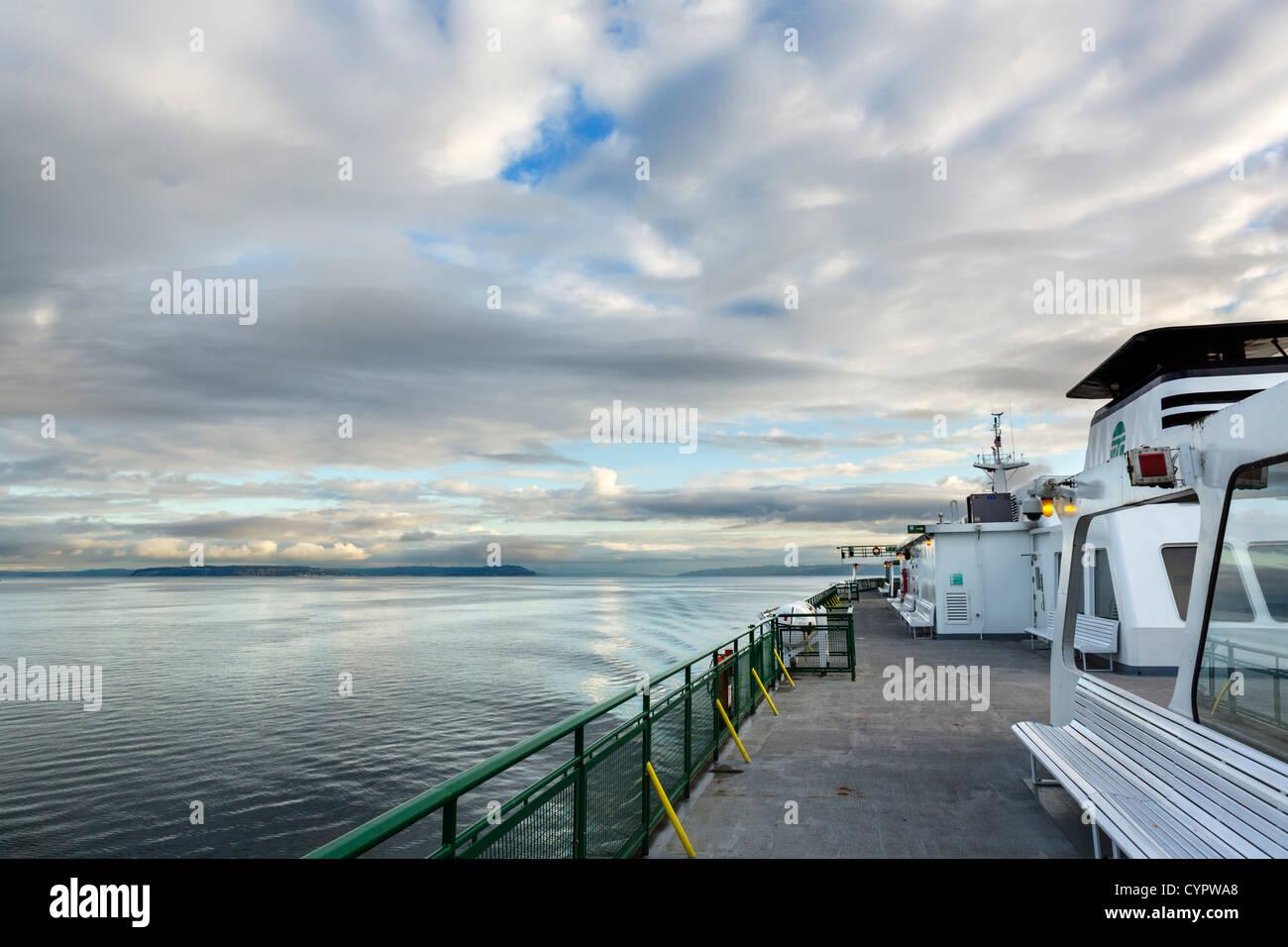 Stato di Washington traghetto sul Puget Sound tra Edmonds e Kingston al mattino presto, Washington, Stati Uniti Immagini Stock