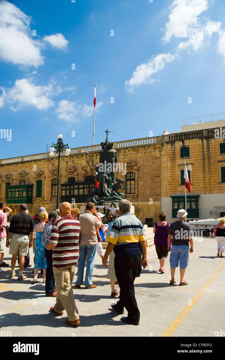 I turisti in una piazza cittadina, Sette Giugno tumulti, Valletta, Malta Immagini Stock