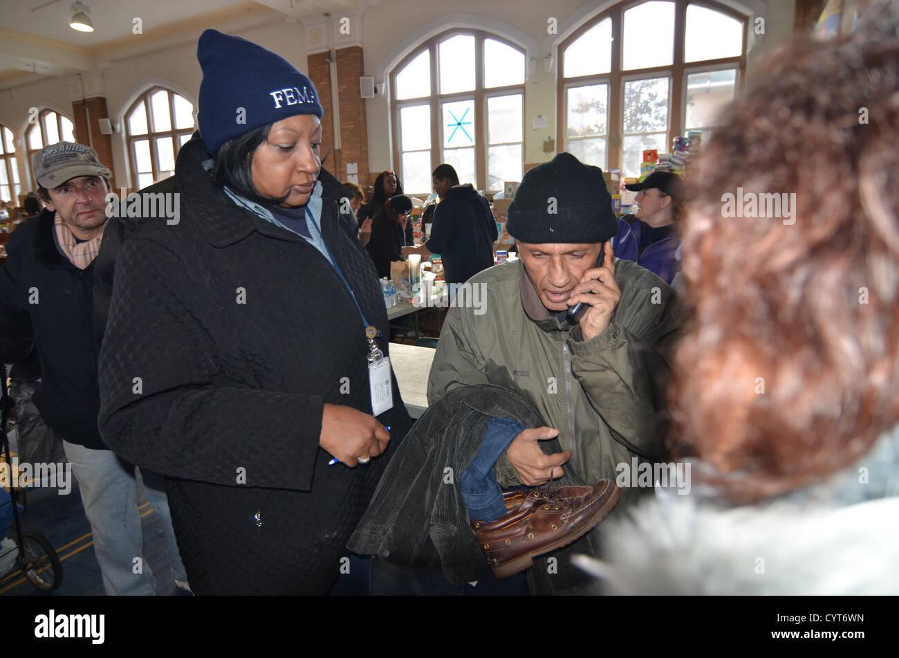 FEMA relazioni comunitarie lavoratore parla di un Rockaway, New York residente che è nel bisogno di locali Immagini Stock