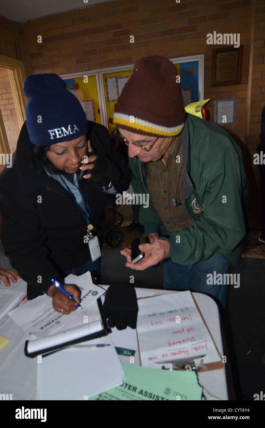 Un FEMA relazioni comunitarie lavoratore parla a un residente nell'area Rockaways vicino a New York City chi Immagini Stock