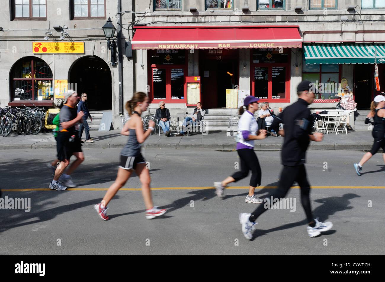 Guide di scorrimento nel 2012 maratona di Montreal Immagini Stock