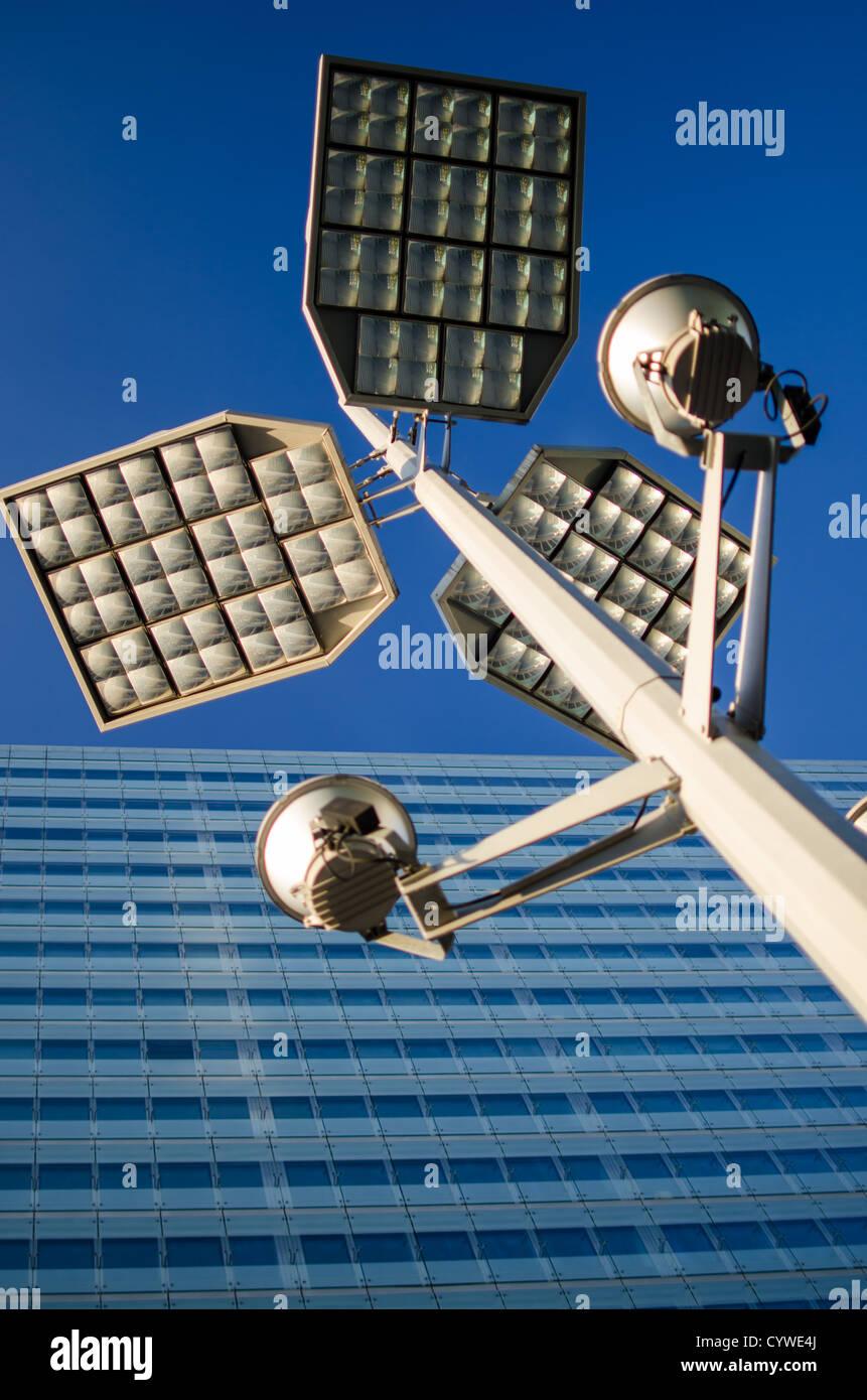 Dettaglio di un moderno lampione davanti a un edificio con facciata di vetro Immagini Stock