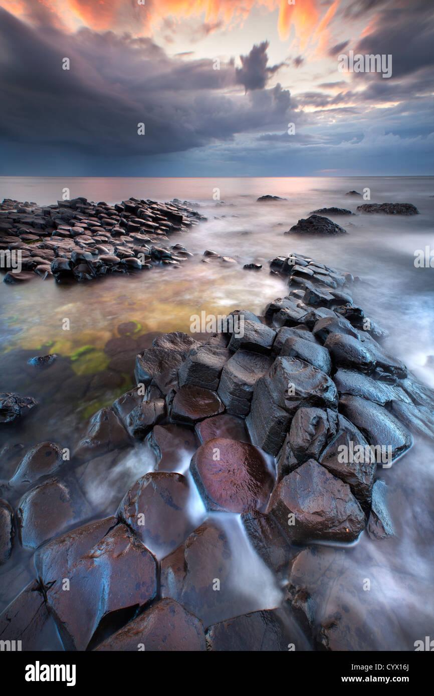 Il Giants Causeway al crepuscolo. L'Irlanda del Nord. Immagini Stock