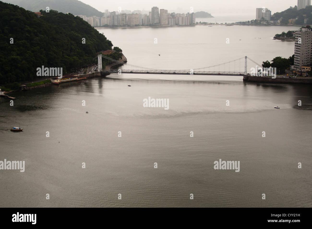 Vista aerea del ponte di sospensione (Ponte Pensil) tra São Vicente e Praia Grande città, São Paulo a riva, Brasile del Nord. Foto Stock