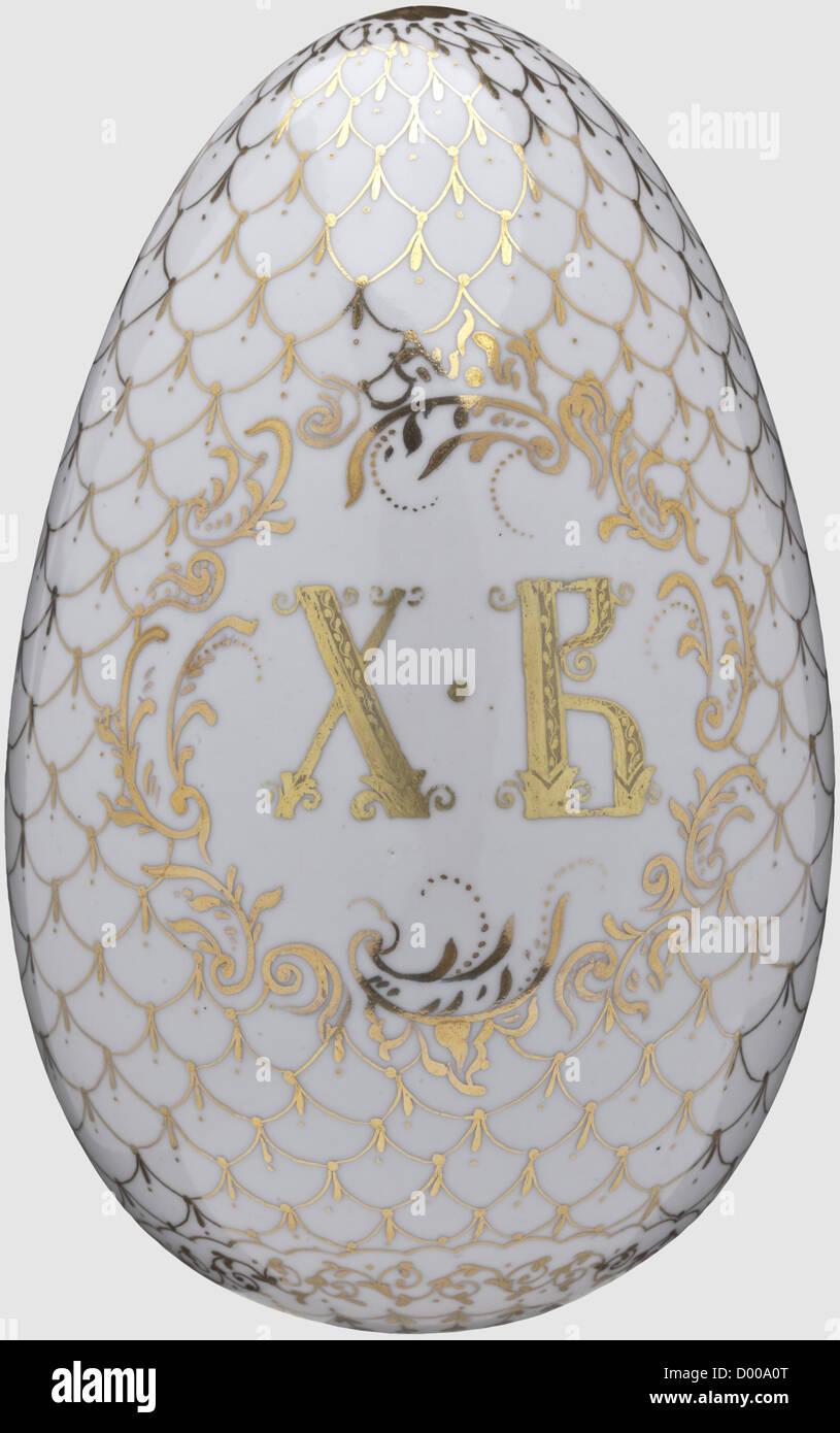 Porcellana grande uovo di pasqua, Russia circa 1910. La complementare ornata da un dipinto a mano raffigurazione Immagini Stock