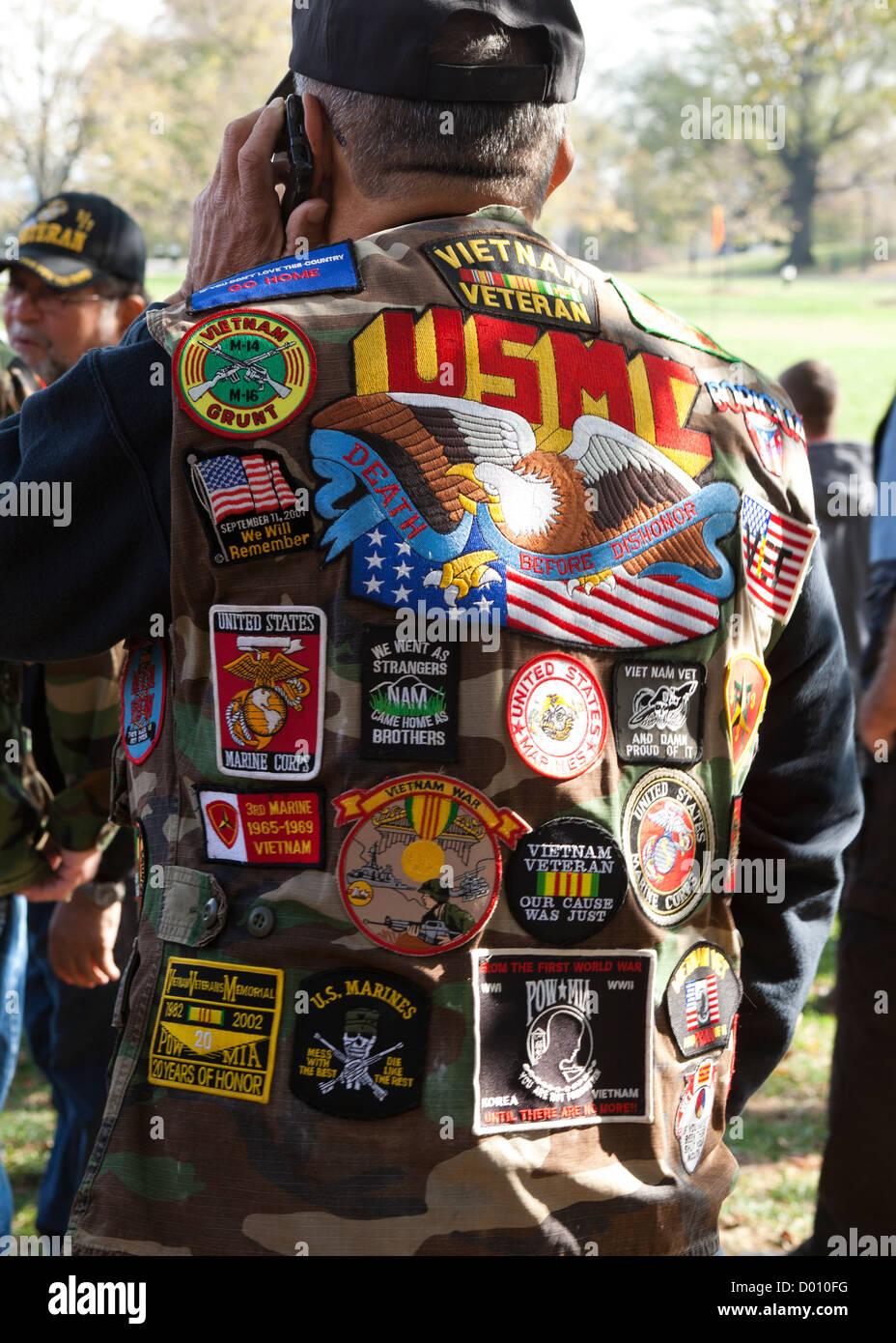 USMC veteran di indossare un giubbotto adornata con patch di militari e memorabilia Immagini Stock