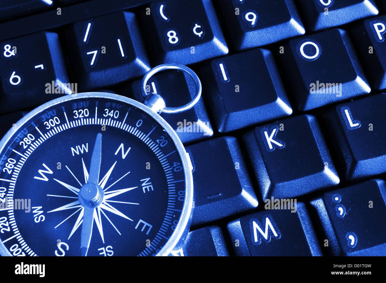 La tastiera del computer e bussola che mostra la navigazione internet concept Immagini Stock