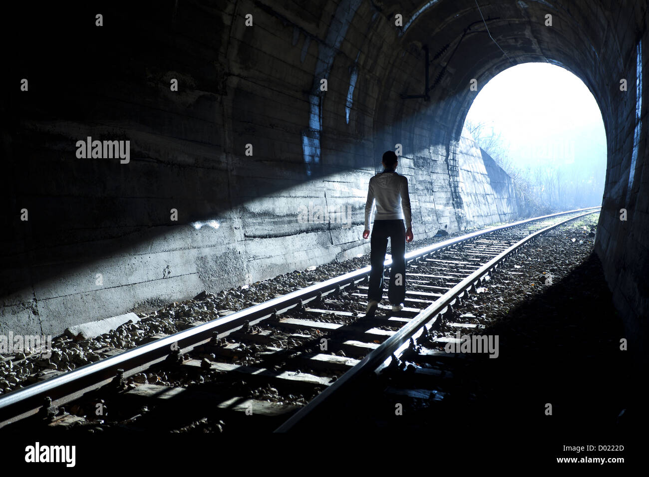 Uscire da darknes - la luce alla fine del tunnel Immagini Stock