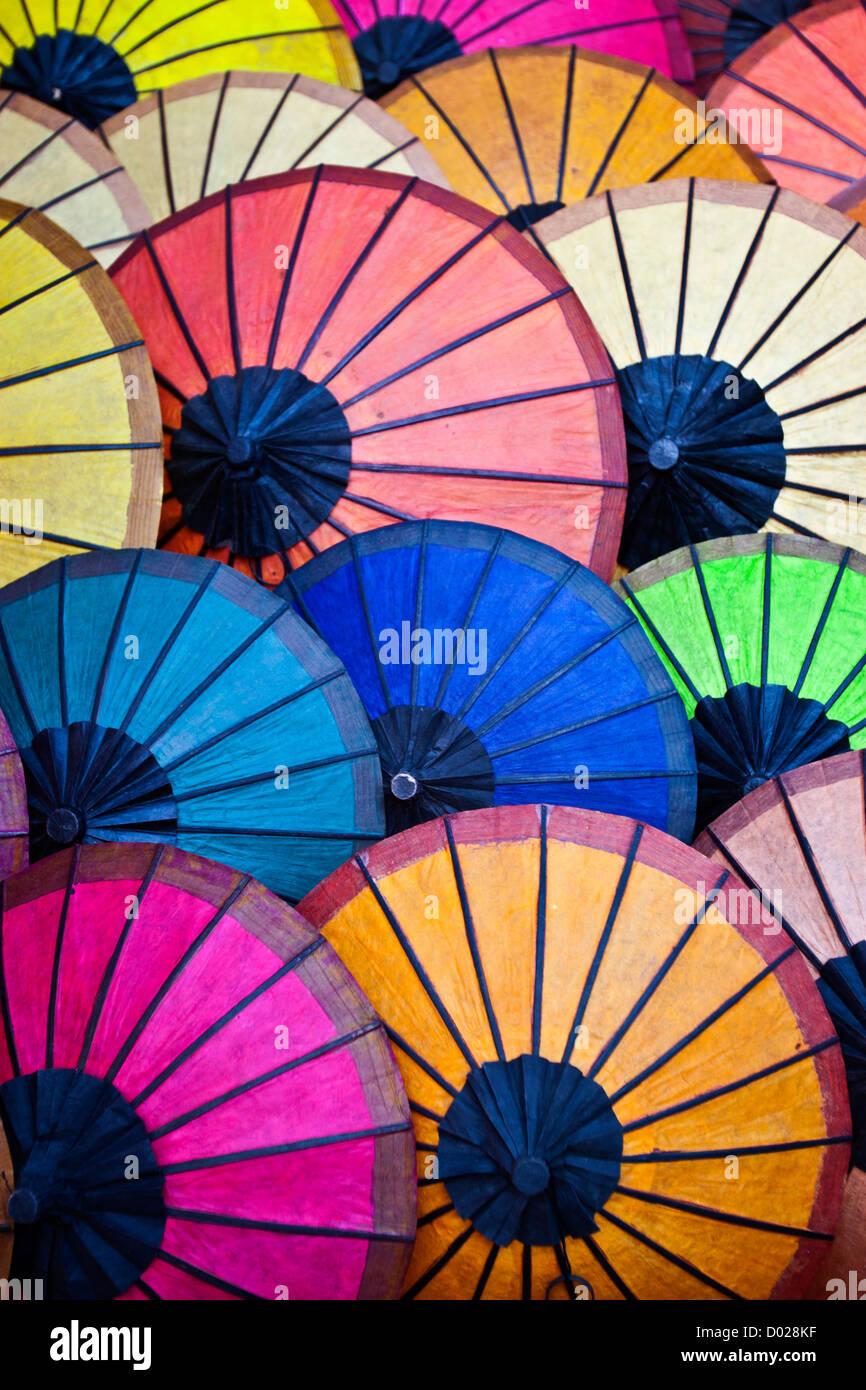 Ombrelloni colorati del mercato di notte il vecchio quartiere di Luang Prabang nella Repubblica democratica popolare Immagini Stock