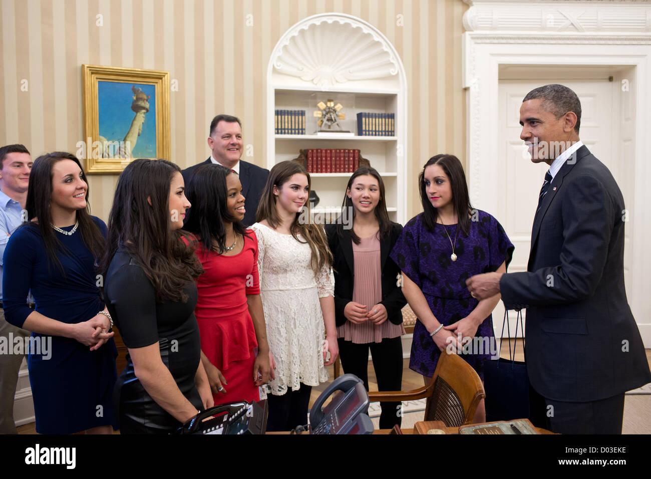 Il Presidente Usa Barack Obama colloqui con membri del 2012 noi Olympic Gymnastics team in ufficio Ovale della Casa Immagini Stock