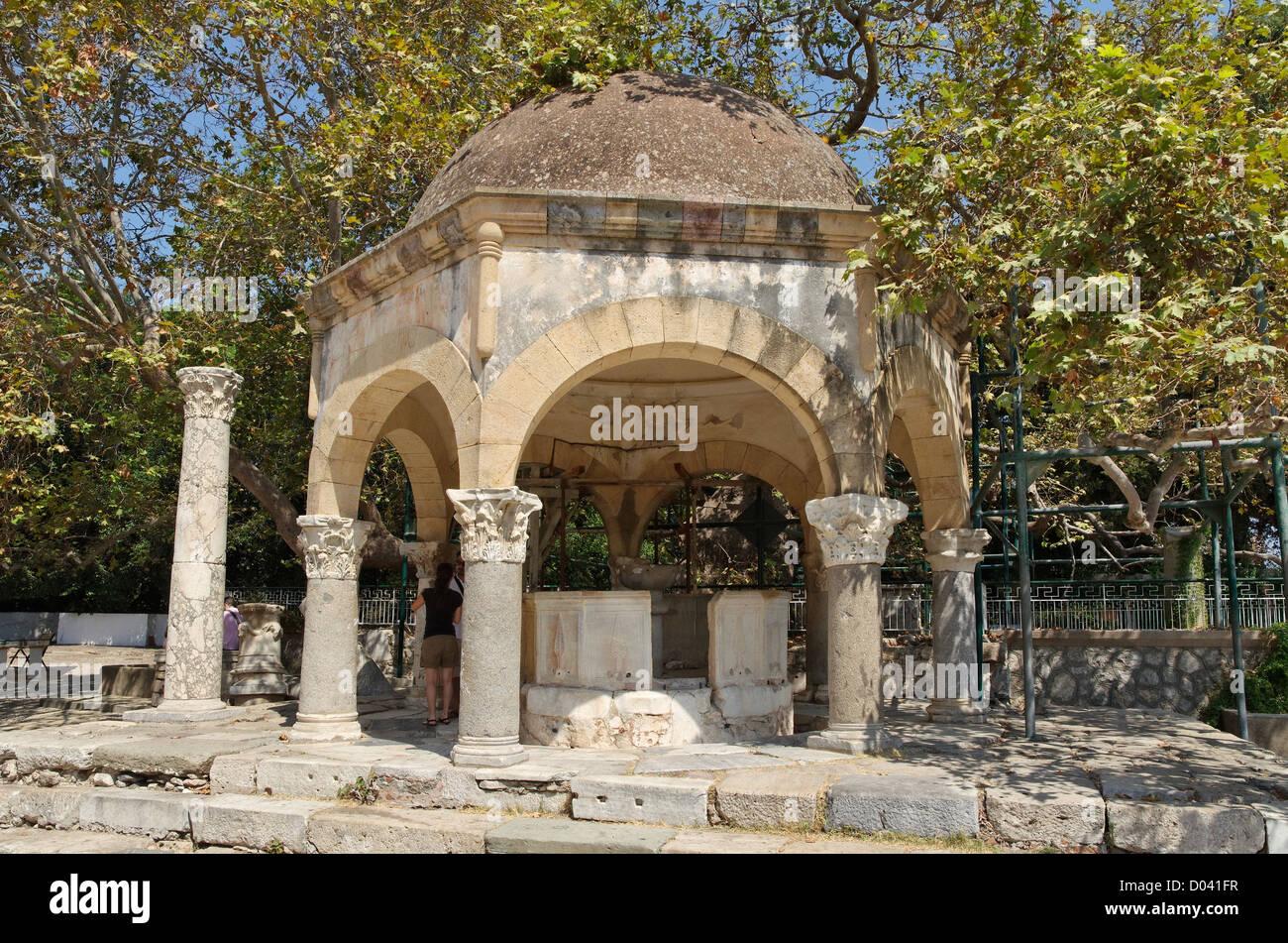Ex moschea font lavaggio accanto a Ippocrate albero piano presso la città di Kos, isola di Kos, Dodecanneso Immagini Stock
