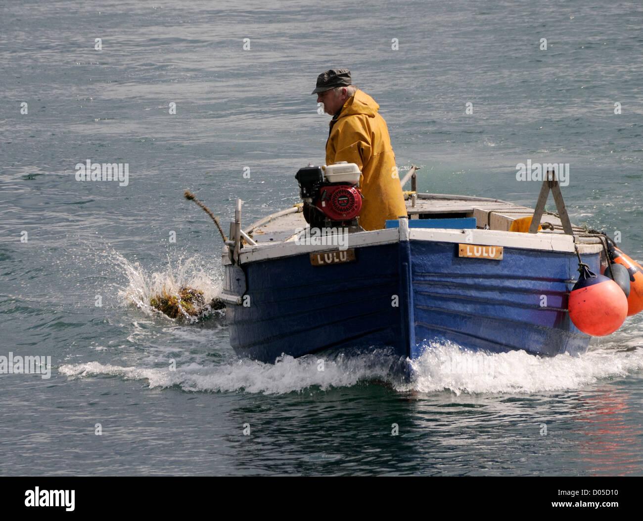 Un granchio pescatore abbassa il suo ultimo pot. Scrabster, Caithness in Scozia, Regno Unito. Immagini Stock