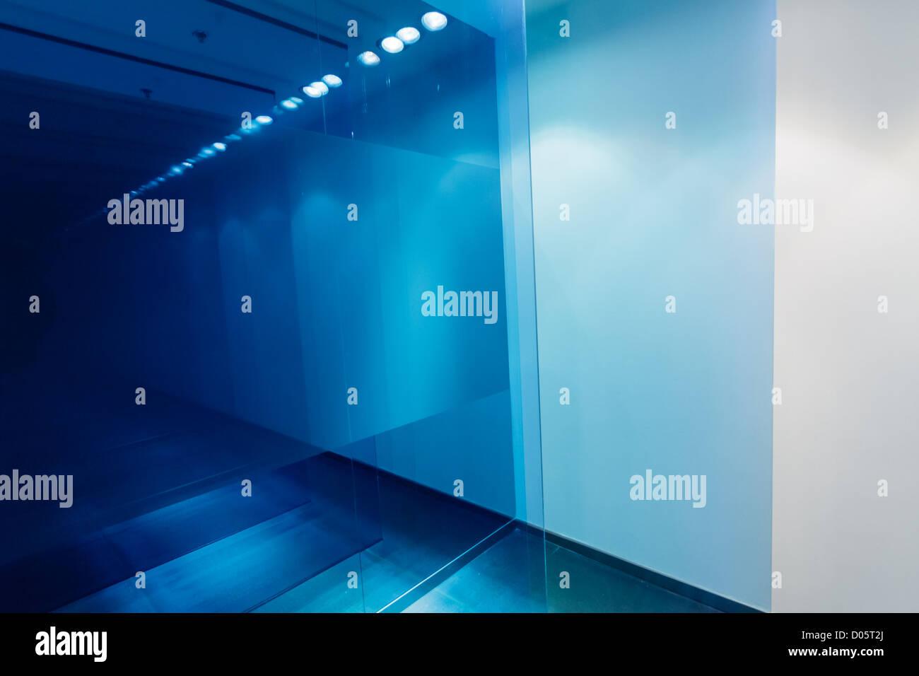 Illuminazione Di Un Corridoio : Un corridoio con vetro blu e illuminazione bianca foto immagine