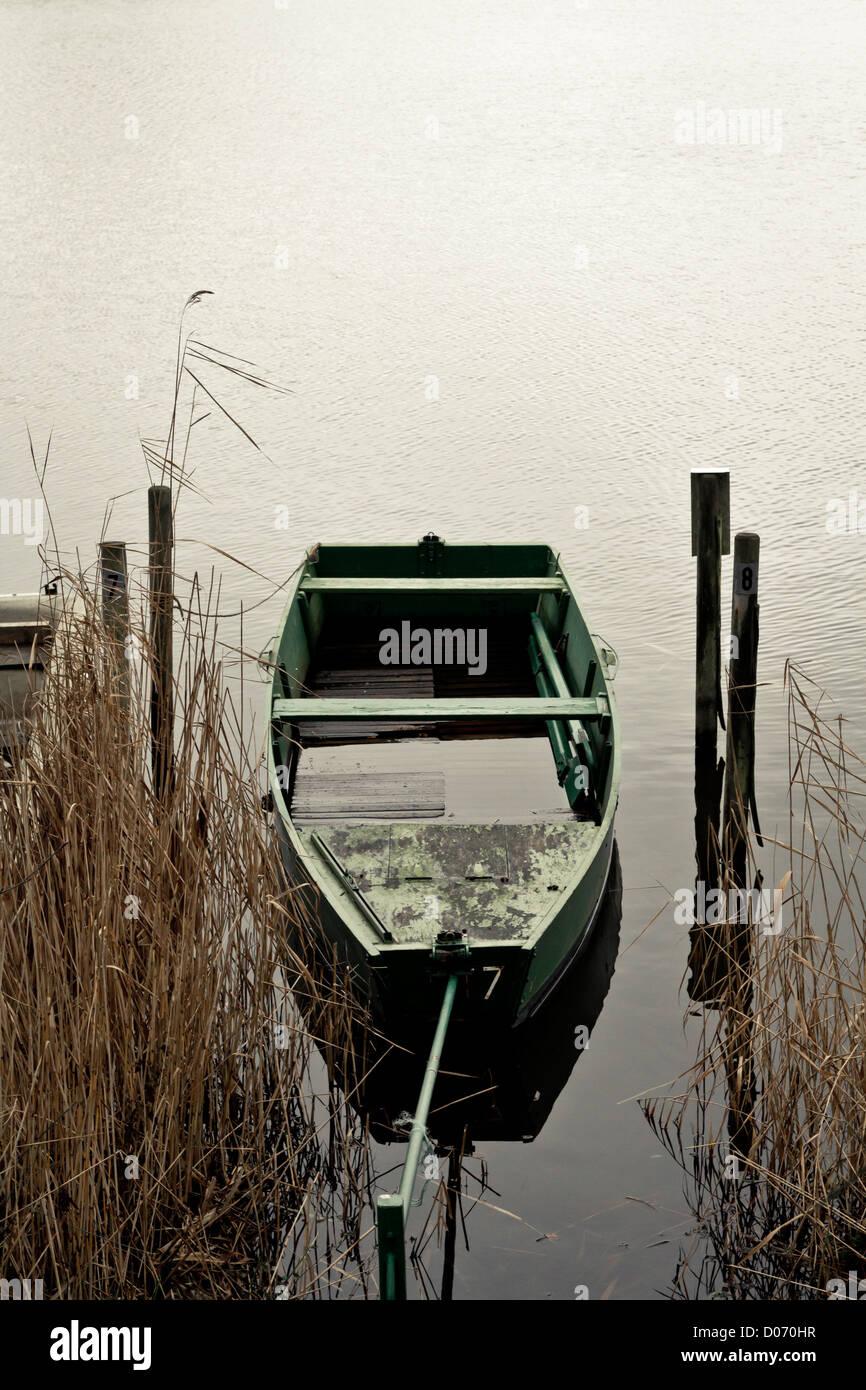 Vuoto barca ormeggiata sul lago, in Francia, in Europa. Immagini Stock