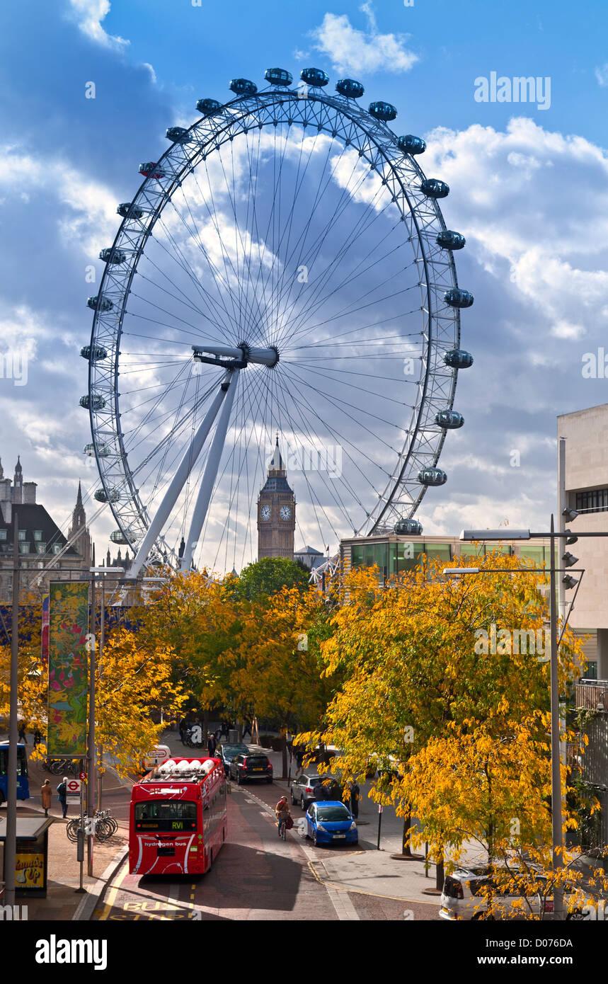 Il London Eye on SouthBank e il Big Ben, con nuovo alimentato a idrogeno red bus londinese in primo piano e colori Immagini Stock
